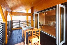 2階屋根付きテラス: 木の家株式会社が手掛けたベランダです。