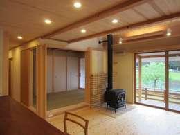 塗壁と薪ストーブのある家   Mo邸: 宇川建築計画事務所が手掛けたです。