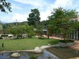 流れと池のある癒しの自然風庭園: アート・ボー・エントランスが手掛けた庭です。