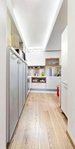 Cocinas de estilo moderno por 23bassi studio di architettura