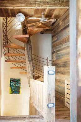 RECUPERO RUDERE CAMPESTRE: Ingresso, Corridoio & Scale in stile in stile Rustico di RI-NOVO