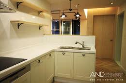 서재를 거실로, 거실을 서재로: 앤드컴퍼니의  주방