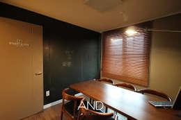 공간 활용도를 높인 모던인테리어 : 앤드컴퍼니의  서재 & 사무실