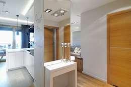 Couloir et hall d'entrée de style  par ARTEMA  PRACOWANIA ARCHITEKTURY  WNĘTRZ