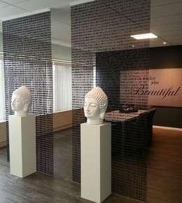 Salas/Recibidores de estilo minimalista por Solits - Sockel und Säulen
