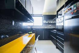 Cocinas de estilo moderno por Fábrica Arquitetura