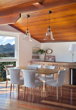 Casa Itaipava: Salas de jantar campestres por sadala gomide arquitetura