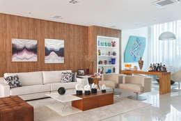 Casa Luxo: Salas de estar modernas por Carolina Mendonça Projetos de Arquitetura e Interiores LTDA