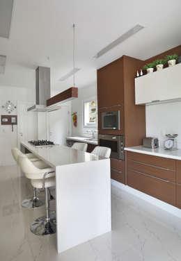 Casa Luxo: Cozinhas modernas por Carolina Mendonça Projetos de Arquitetura e Interiores LTDA