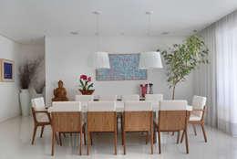 Casa Luxo: Salas de jantar modernas por Carolina Mendonça Projetos de Arquitetura e Interiores LTDA