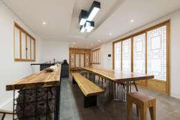 리모델링하며 나온 기존 목재들을 내부 인테리어 요소로 활용: 비에스디자인건축사사무소의  거실