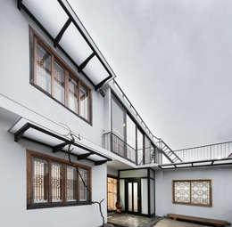 건물 전경: 비에스디자인건축사사무소의  주택