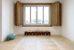 2층 다도 공간: 비에스디자인건축사사무소의  거실