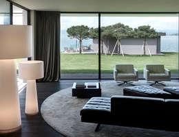 Einfamilienhaus Am See: Moderne Wohnzimmer Von Domus Mea Gmbh