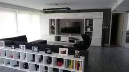 Entre el blanco y el negro los grises se hacen presentes en este living moderno.: Livings de estilo moderno por dammuebles