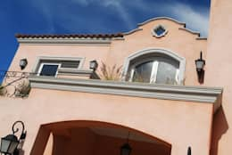 Casas de estilo colonial por LLACAY arquitectos