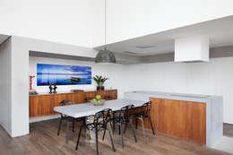 2: Cozinhas minimalistas por Meireles Pavan arquitetura