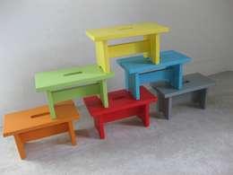 Petit banc en bois massif, coloré: Chambre d'enfants de style  par Lartelier