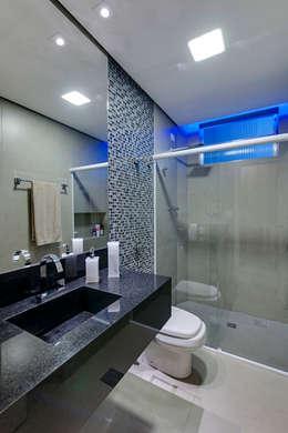 Banheiro: Banheiros modernos por Guido Iluminação e Design