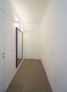 Pasillos y recibidores de estilo  por ristrutturami