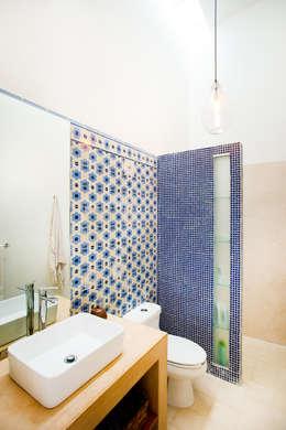 Baños de estilo ecléctico por Taller Estilo Arquitectura