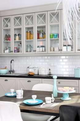 białe mieszkanie dwupoziomowe Warszawa: styl , w kategorii Kuchnia zaprojektowany przez livinghome wnętrza Katarzyna Sybilska