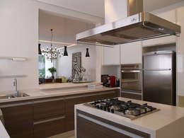 Residência Sorocaba: Cozinhas modernas por Denise Barretto Arquitetura