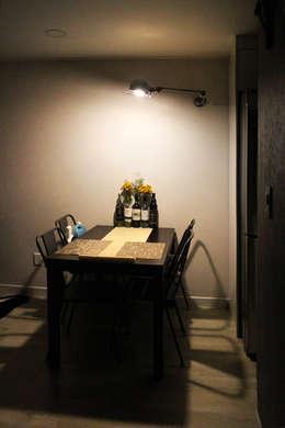 블루 포인트의 아파트 인테리어: dip chroma의  다이닝 룸