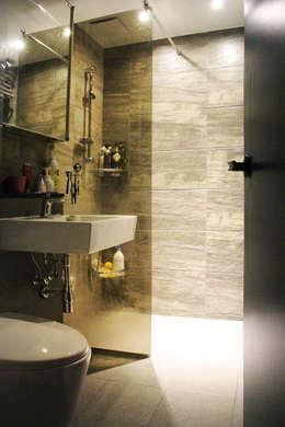 블루 포인트의 아파트 인테리어: dip chroma의  화장실