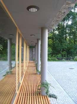 Domki w Dzikowie: styl nowoczesne, w kategorii Domy zaprojektowany przez M. i A. DOMICZ
