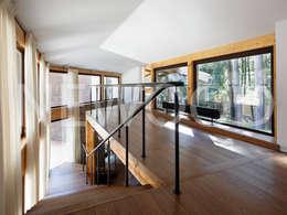 """Дом """"Woodlark"""" - комбинированные конструкции: Коридор и прихожая в . Автор – NEWOOD - Современные деревянные дома"""