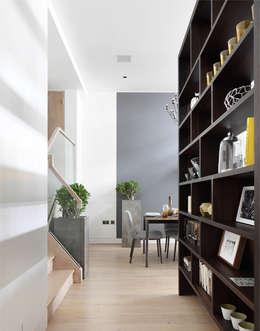 Pasillos y recibidores de estilo  por The Manser Practice Architects + Designers