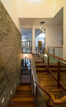 Mrs.&Mr. REKHA THANGAPPAN RESIDENCE AT JUHU BEACH, KAANATHUR, EAST COAST ROAD, CHENNAI:  Corridor & hallway by Muraliarchitects