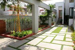 RESIDENCE FOR MRS. & MR. VASUKI RAJAGOPALAN: modern Garden by Muraliarchitects