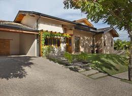 Projekty, rustykalne Domy zaprojektowane przez Cria Arquitetura