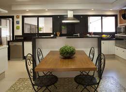 Cocinas de estilo rústico por Cria Arquitetura