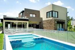Fachada Contrafrente: Casas de estilo minimalista por Opra Nova
