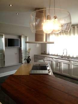 Résidence secondaire 300m²: Cuisine de style de style Moderne par LADD