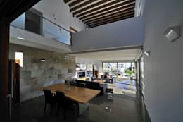 Salas de estar modernas por Chiarri arquitectura