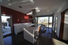 Cozinhas modernas por Chiarri arquitectura