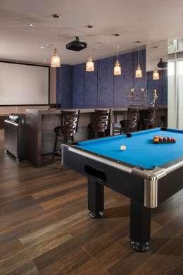 TV Room y Sala de Juegos : Salas de estilo moderno por UNUO Interiorismo