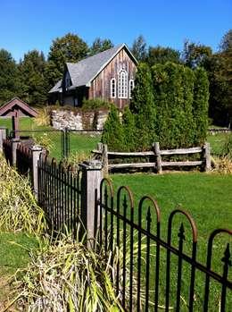 Country Farmhouse Exterior: Maisons de style de style eclectique par Kathryn Osborne Design Inc.