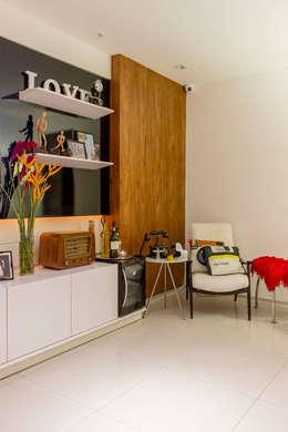 KP 1401: Sala de estar  por POCHE ARQUITETURA