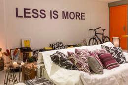 Livings de estilo minimalista por POCHE ARQUITETURA