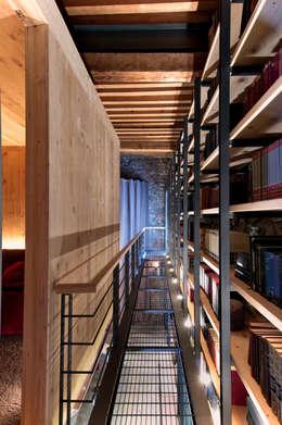 Bodegas de estilo ecléctico por Weber Arquitectos