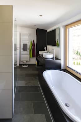 Haus OM in Seelbach: moderne Badezimmer von Schuler Architekten