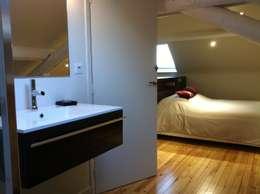 Salle de bain ouverture sur la chambre d'amis: Salle de bains de style  par Agence C+design - Claire Bausmayer