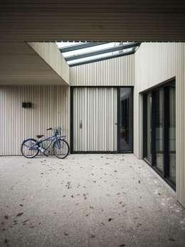 Verbouwde jaren zestig villa aan de Westeinderplassen:  Terras door ENZO architectuur & interieur