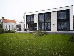 Verbouwde jaren zestig villa aan de Westeinderplassen: moderne Huizen door ENZO architectuur & interieur