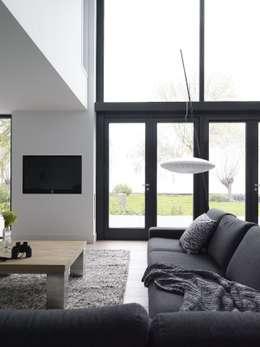 Verbouwde jaren zestig villa aan de Westeinderplassen: moderne Woonkamer door ENZO architectuur & interieur